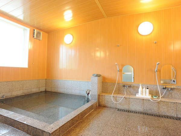 *【大浴場】六日町温泉の源泉かけ流し!待つことなく入れるよう、シャワーは8台を設置しております。c
