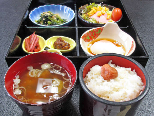 *【朝食(一例)】お米は日本一の南魚沼産コシヒカリ!シンプルですが、栄養バランスのとれた和定食です。