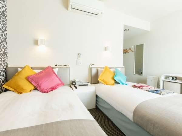 【ツインルーム】白を基調とした18㎡のお部屋にはシングルベッドが2台。