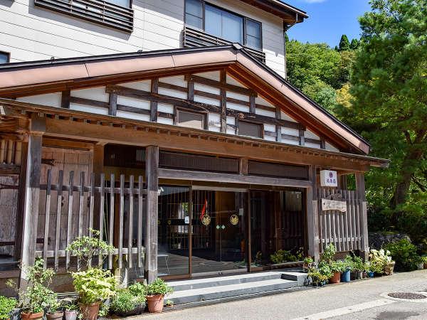 *■外観■景勝庄川峡の奥に佇む一軒宿。JR砺波駅からタクシーで30分、北陸自動車道砺波ICより30分です★