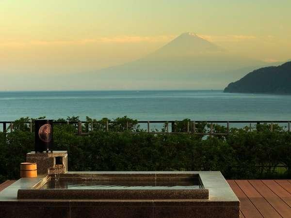 駿河湾に浮かぶ富士山を、贅沢に客室温泉露天風呂から…。
