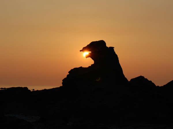 *夕日に浮かぶゴジラ岩は迫力満点!