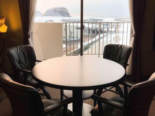 【58.5平米】客室露天風呂付和洋タイプ。窓辺の円卓でお部屋食も◎