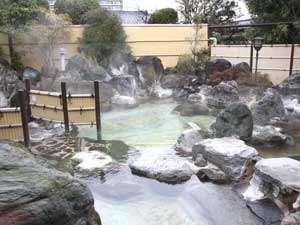 *<露天風呂(昼)>男性露天風呂は山梨県内最大級の広さを誇ります。源泉かけ流しの湯をたっぷりゆったり