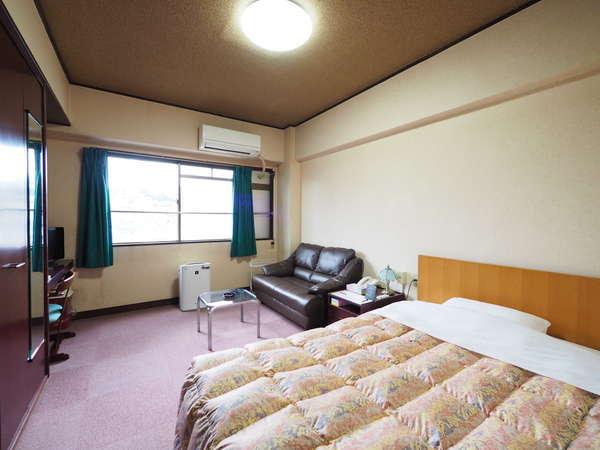 【ダブルルームの1名利用】ソファ付でゆったり広々の空間が好評。