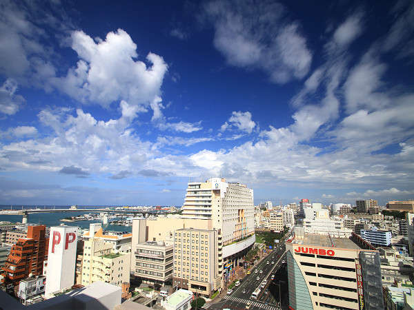 ホテルから望む那覇市と沖縄の青い空です。