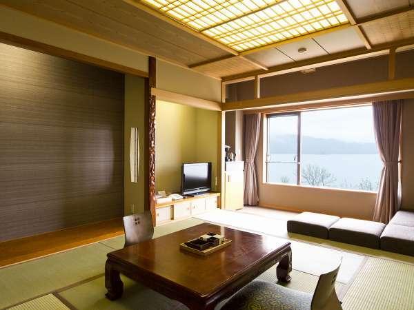 【湖側】和室/お部屋に入ると、窓一杯に絵画のような阿寒湖の景色が広がっています。