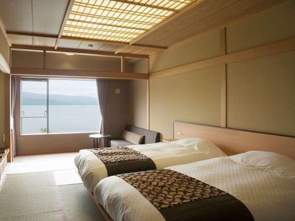 【湖側】和室ツイン(客室一例)/お部屋に入ると、絵画のような阿寒湖の景色が広がっています。