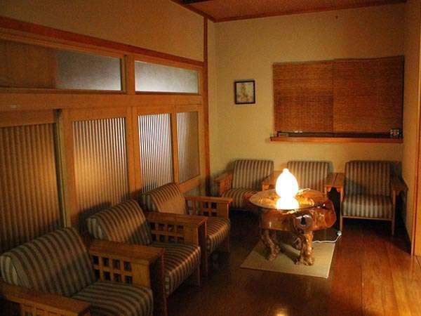 館内のソファスペース。本を片手に温泉と読書をお楽しみください。