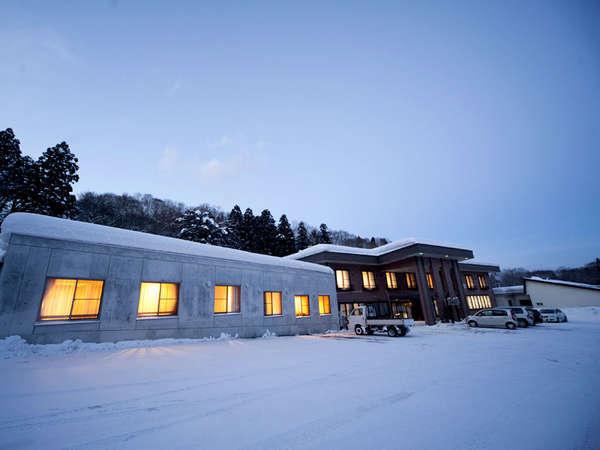 *雪に包まれた真っ白な世界に佇む冬の当館