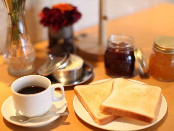 5:30~9:00の軽朝食無料サービス。トーストにお好きなジャムやピーナッツバターをたっぷり添えて。