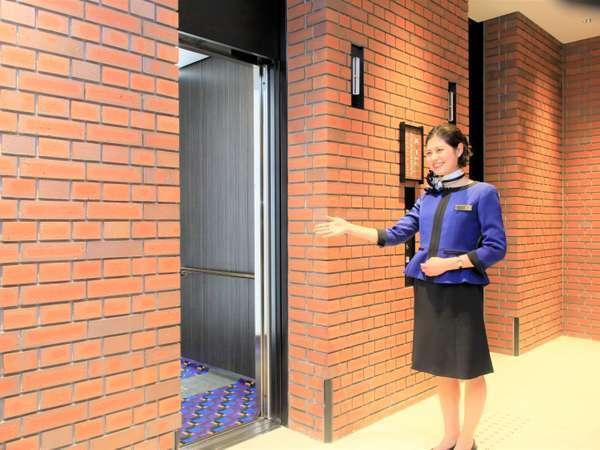 横浜らしいレンガのエレベーターホールです