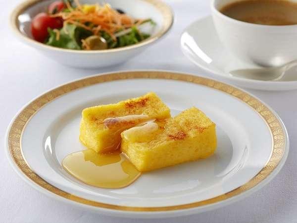 ホテルオークラ自慢のフレンチトーストを一口サイズで味わえるのも魅力です