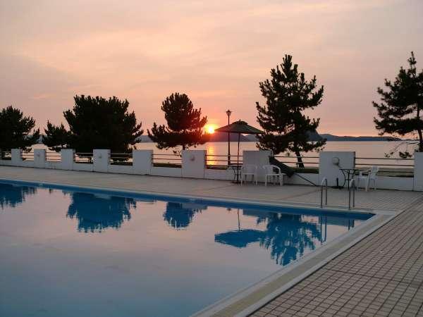 ■屋外プール■夕暮れ時のプールからの景色は時間を忘れるくらい素敵です。リゾート気分を満喫♪