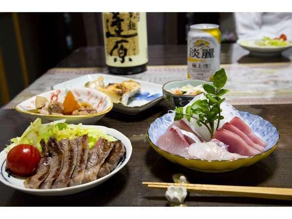 夕食には地元で獲れた魚料理と、地酒(焼酎)。家庭の味です♪