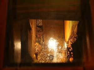 館内の廊下の窓から源泉が覗けます「源泉見学窓・湯の川」