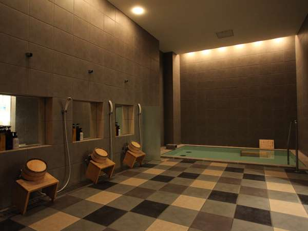男性浴室はシャワー6台 サウナも完備しています