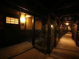 客室へつながる回廊には、自然豊かな風が吹き抜ける