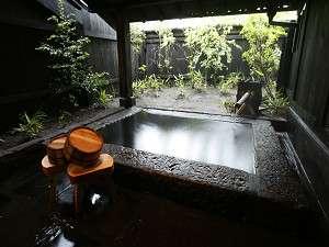 客室露天風呂:切り石の湯船で良泉を堪能 お風呂の一例です。