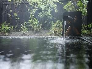 24時間、掛け流しの湯が溢れ、湯音が心地良く響く…