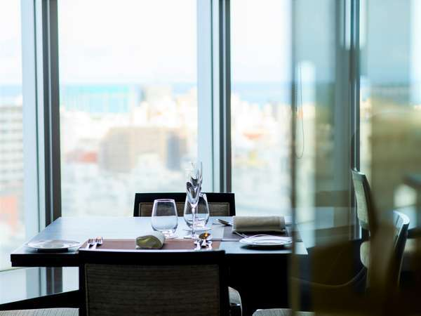 レストランイメージ 落ち着いた雰囲気と、窓からの景色