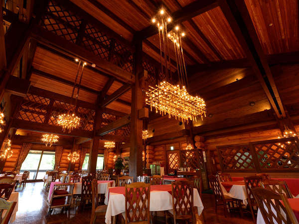 """*【レストラン""""MeDeau""""】開放感あふれる空間とシャンデリアの煌めき。"""