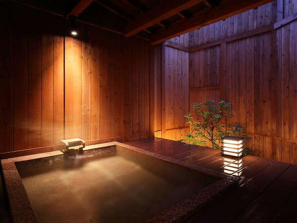 【無料貸切露天風呂 誼-Yoshimi-】木の温もりとやわらかな間接照明、和の雰囲気を大切にした貸切風呂。
