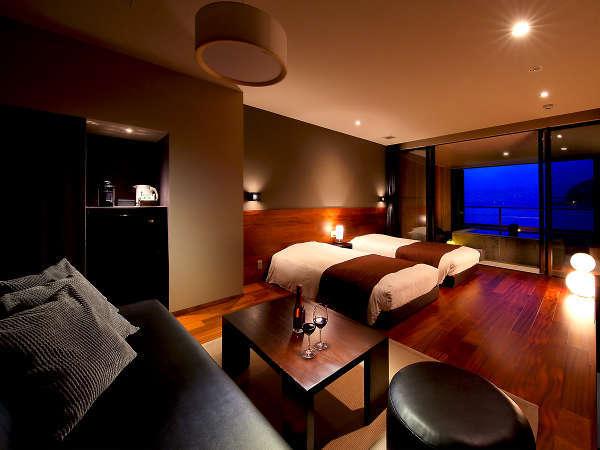【露天風呂付客室】18畳のフローリングにツインベッドの設えです。