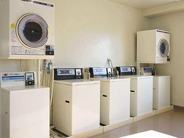 【コインランドリー】小まめに洗濯できるため、長期出張でも必要最低限の衣類で長期滞在可能です。