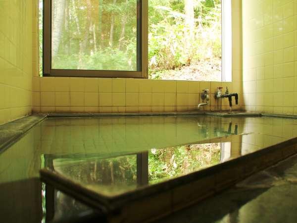 高温で湯量豊富な『湯の小屋温泉』、当館にたどり付く頃には適温に。かけ流しで美人の湯をご堪能ください。