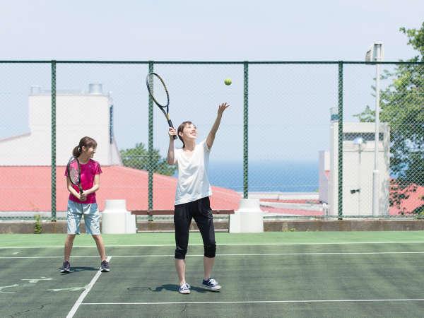 広大な敷地にテニスコートや多目的コートをご準備♪