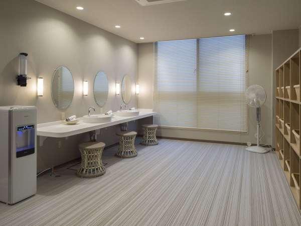 清潔感のある広々とした脱衣所。鏡が大きく使いやすい化粧台を設置しております。(女性用)