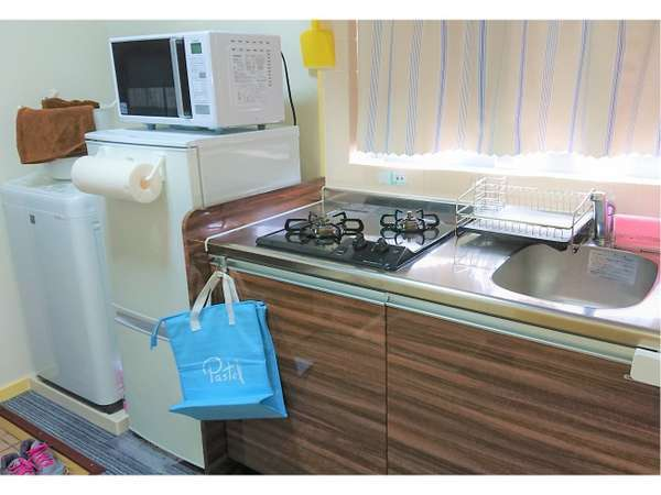 全室ミニキッチン・冷蔵庫・電子レンジ・洗濯機付き。