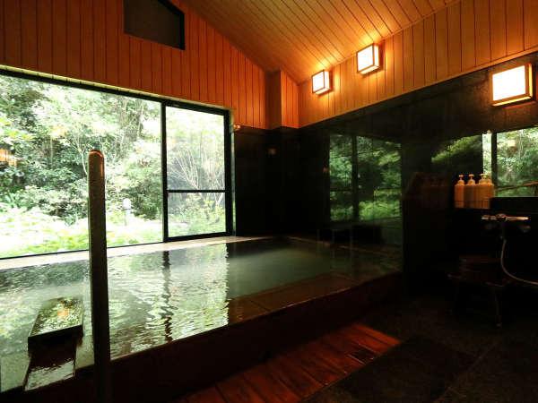 ★松の風呂。窓からの景色はさながら露天風呂の様です。季節の移ろいを感じながらお愉しみください。