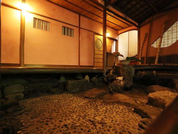 ★昔は水が張ってありましたが、建物の保存の関係上、現在は水の無い坪庭となっとおります