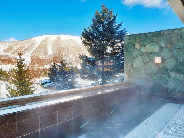 ■大浴場(スパ):座面には[ブラックシリカ]と[麦飯石]を使用した小さいながらもこだわりの露天風呂