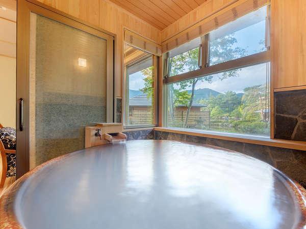 特別室にあるお風呂。天然温泉かけ流しのお風呂で、旅の疲れを癒しつつ庭園をみながらお愉しみ下さいませ。