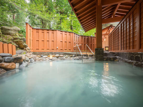 【大浴場】「鳳山の湯」露天風呂…湯量豊富な時価源泉を大きな湯舟でお楽しみください。