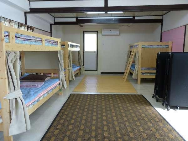 2段ベッド(3台)と組み立てベッド(2台)