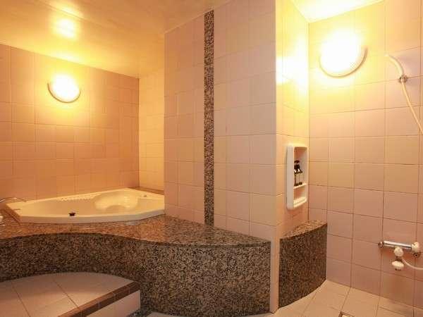 デラックスツインのお風呂。大きなバスタブ。旅の疲れが癒されます。