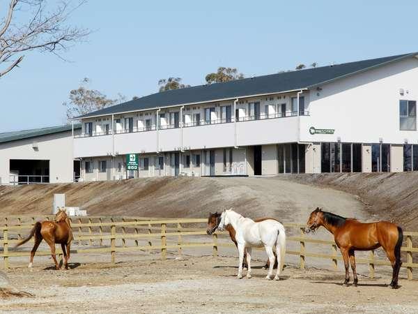 高室山の頂きに佇むホテル外観。広大な敷地には牧場も併設され、ご宿泊者は入場無料♪