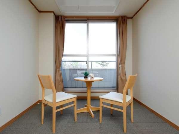 全ての客室には大きな窓とテラスを完備(全室禁煙)