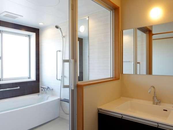 モダンなバスルームには天然温泉を完備。掛け流しの自家源泉を心ゆくまで。