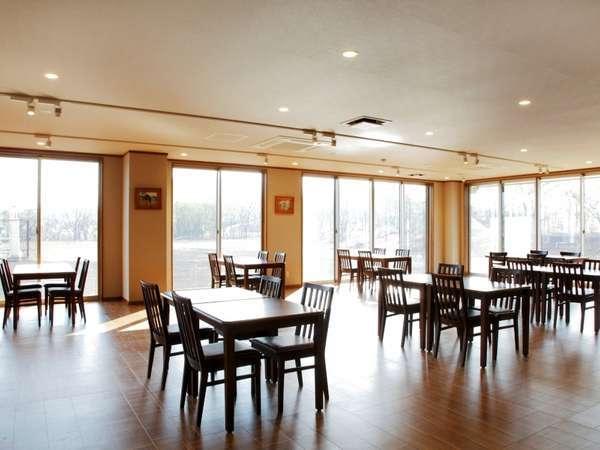 明るい陽の差し込む1階ダイニング。朝夕のお食事はこちらでどうぞ。