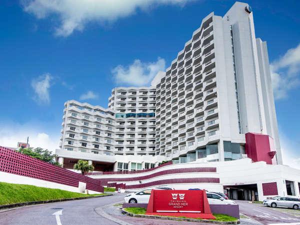 沖縄市の高台に佇むリゾートホテル