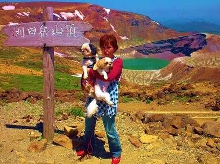 蔵王連峰・刈田岳(1790m)から見た、五色岳(1670m)エメラルドグリーンのお釜+青空+白い残雪が綺麗です。