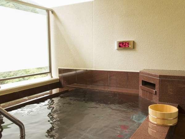 渓谷側の小ぶりな露天風呂は、名湯鶴の湯の運び湯です。対岸対策上目隠しシールがあります