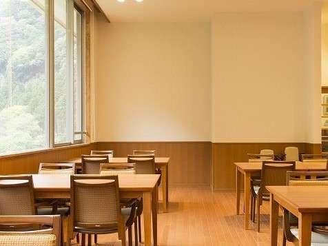 レストランは開放的な大きな窓が広がります