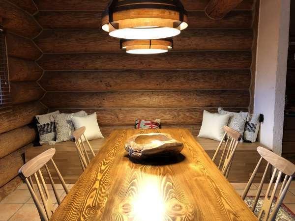 コテージ内テーブル