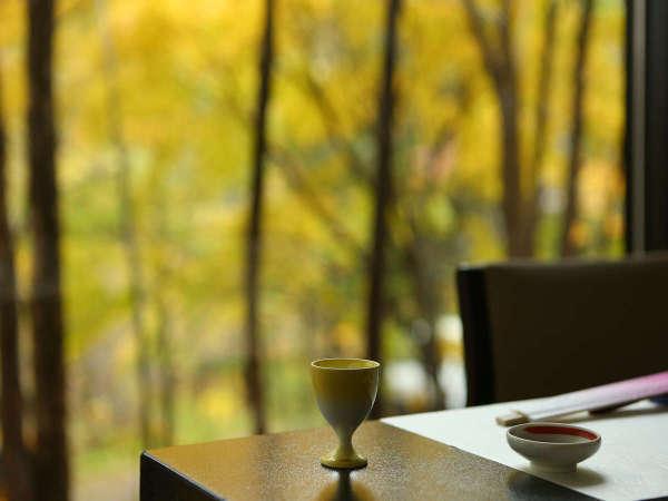 紅葉の木々を眺めながらお食事が楽しめる